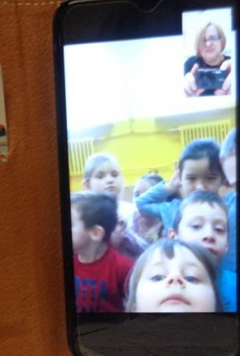 wideorozmowa bibliotekarki z dziećmi