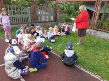 Grupa dzieci z pania bibliotekarką