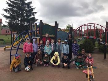 Grupa dzieci na placu zabaw