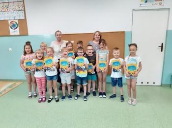 Grupa dzieci prezentujących książki