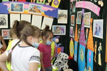 Dzieci oglądają wystawkę