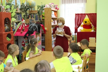 Bibliotekarka opowiada dzieciom
