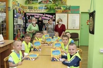 Dzieci prezentują książki